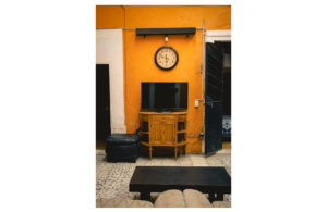 Living room with T.V. and yellow wall conexion gdl